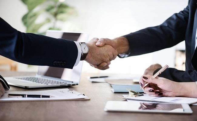 stretta di mano accordo tim su contratto di espansione