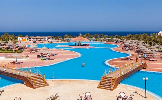 resort alpitour con piscina vista mare