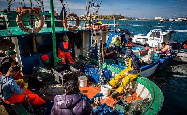 peschereccio con pescatori a lavoro