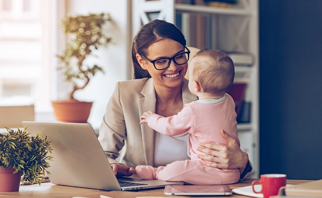 madre a lavoro con figlio