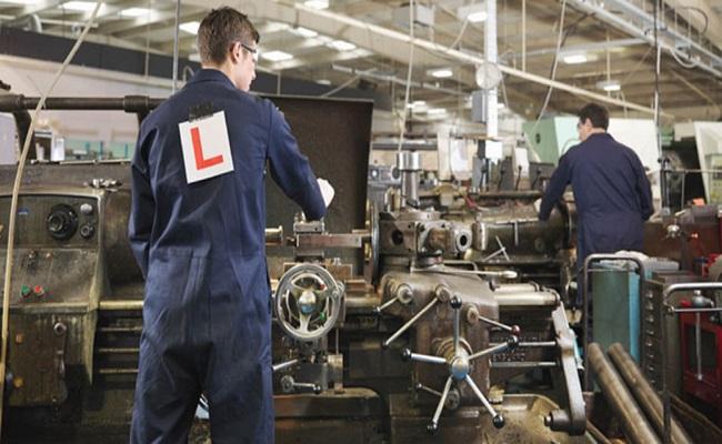 operai metalmeccanici a lavoro