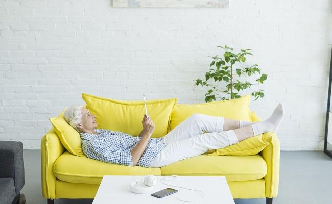 donna pensionata sul divano