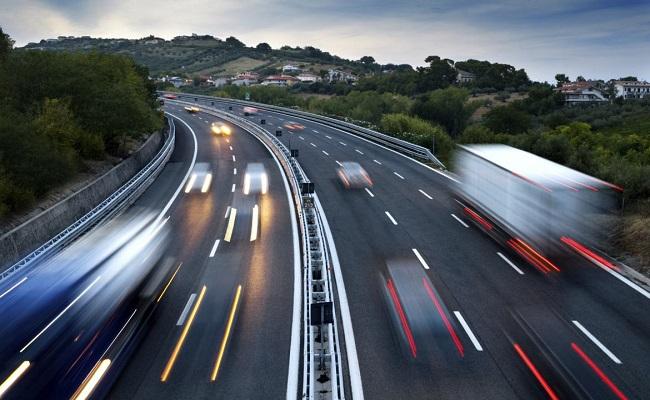 autostrada con veicoli in movimento